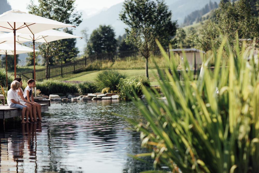 Naturschwimmteich Schwimmen, Baden, Planschen und sich dann auch wieder von allem ausruhen! Freuen Sie sich auf einen ganz besonderen Luxus in unserem Haus!