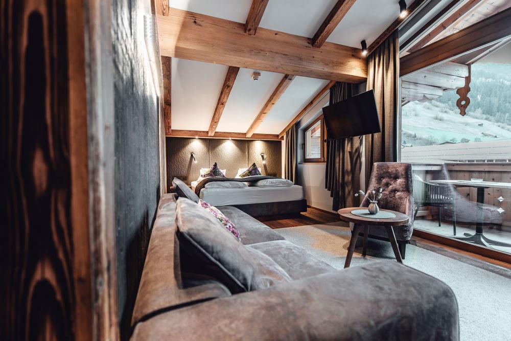 Holzböden und moderne Stoffe geben unseren großzügig geschnittenen Zimmern und Suiten ein gemütliches Flair.