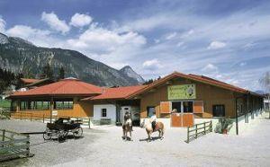 Reitstall mit Longierhalle auf dem Reiterhof