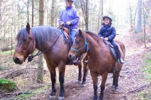 Ausreiten mit Kind im Wald