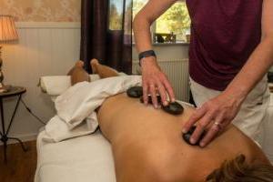 Erleben Sie eine entspannende Hot-Stone Massage nach einem lange Austritt