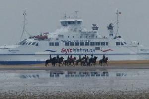Reiten Sie entlang der Fähre zur deutschen Insel Sylt