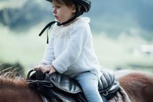 Der erste Ritt auf dem Pferd